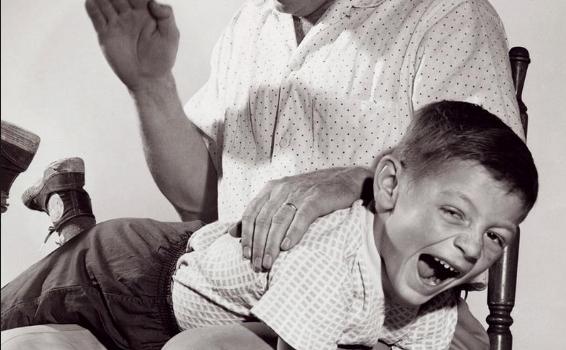 Nalguear-niños-incorrecto