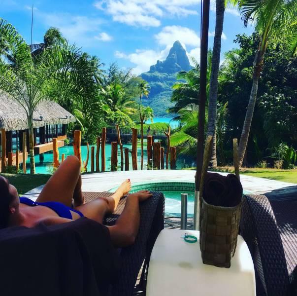 19. Disfrutando de un momento de relajación frente a este paradisíaco paisaje.