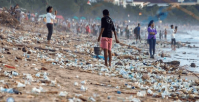 limpiar la playa de Kuta